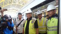 Menteri Perhubungan Budi Karya Sumadi usai menaiki LRT Palemnbang dalam uji dinamis untuk pertama kali (Liputan6.com / Nefri Inge)