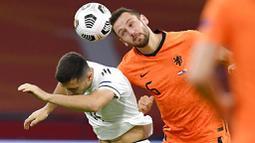 Bek Belanda, Stefan de Vrij, duel udara dengan pemain Bosnia and Herzegovina, Amer Gojak, pada laga UEFA Nations League di Johan Cruyff ArenA, Senin (16/11/2020). Belanda menang dengan skor 3-1. (John Thys/Pool via AP)