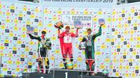 Pebalap AHRT, Awhin Sanjaya (tengah), meraih podium pertama pada balapan kedua di ajang ARRC 2019 seri ke keenam di Sepang International Circuit, Malaysia (22/9/2019). (AHRT)