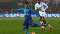 Henrikh Mkhitaryan tampil atraktif menciptakan 3 assist usai mengalahkan Everton 5-1 (Geoff CADDICK / AFP)