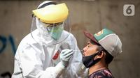 Petugas medis mengambil sampel saat menggelar swab test COVID-19 di Pasar Tasik, Jakarta, Kamis (2/7/2020). Tes yang dilakukan secara acak bagi pedagang itu bertujuan untuk mendeteksi serta mencegah penyebaran COVID-19 di kawasan Pasar Tasik. (Liputan6.com/Faizal Fanani)