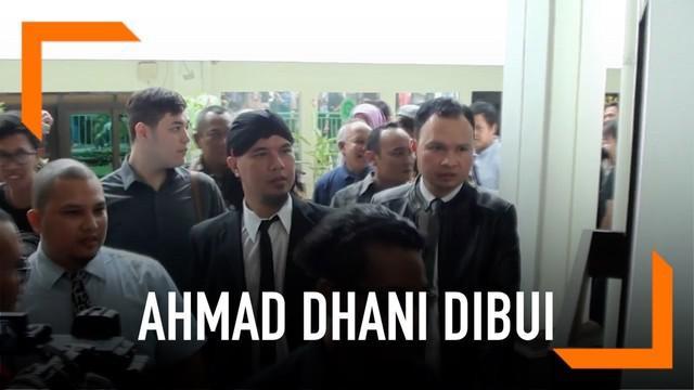 Terbukti lakukan ujaran kebencian, Ahmad Dhani divonis penjara 1,5 tahun. Musisi tersebut pun langsung dibawa petugas ke LP Cipinang.