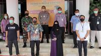 Wali Kota Balikpapan Rizal Efendy bersama tiga pasien sembuh.