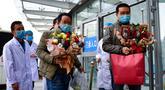 Dua pasien yang telah sembuh dari pneumonia akibat coronavirus baru (novel coronavirus pneumonia/NCP) meninggalkan Rumah Sakit Umum Rakyat Keempat Provinsi Qinghai di Xining, Provinsi Qinghai, China (21/2/2020). Dua pasien dipulangkan pada Jumat (21/2). (Xinhua/Zhang Long)