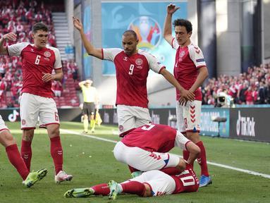 Gelandang Denmark, Christian Eriksen tiba-tiba terjatuh saat melawan Finlandia dalam laga Grup B Euro 2020 di Parken Stadium, Copenhagen, Sabtu (12/6/2021) malam WIB. (Foto: AP/Martin Meissner/Pool)