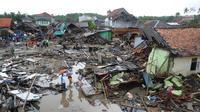 Pemandangan dari udara kawasan pemukiman nelayan di Kampung Sumur Pesisir, Pandeglang, Banten, Selasa (24/12). Warga Kampung Sumur berlari menyelamatkan diri ke bukit saat tsunami menerjang. (Merdeka.com/Arie Basuki)