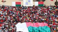 Para penonton memadati Stadion Municipal de Mahamasina, Antananarivo, Minggu (9/9/2018), untuk menyaksikan laga Madagaskar melawan Senegal. (AFP/Mamyrael)