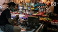 Pedagang membungkus dagangannya di Pasar Tebet Timur, Jakarta, Senin (4/1/2021). Badan Pusat Statistik (BPS) mencatat inflasi pada bulan Desember 2020 tercatat sebesar 0,45 persen dengan Indeks Harga Konsumen (IHK) sebesar 105,68. (Liputan6.com/Johan Tallo)