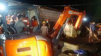 Proses evakuasi korban bencana longsor di Manado, Sabtu (16/1/2021).