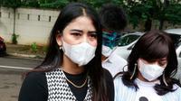 Yuyun Sukawati bersama pengacaranya