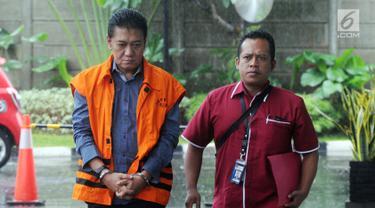 Hakim PN Jakarta Selatan Irwan (kiri) saat akan menjalani pemeriksaan KPK di Gedung KPK, Jakarta, Selasa(22/1). Irwan diperiksa sebagai tersangka terkait dugaan menerima suap penanganan perkara perdata di PN Jakarta Selatan. (Merdeka.com/Dwi Narwoko)