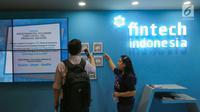 Pengunjung melihat barcode fintech pada Indonesia Fintech Summit and Expo (IFSE) 2019 di JCC Jakarta, Senin (23/9/2019). IFSE digelar sebagai upaya OJK dan Bank Indonesia selaku regulator untuk mengembangkan peran fintech dalam meningkatkan inklusi keuangan masyarakat. (Liputan6.com/Fery Pradolo)