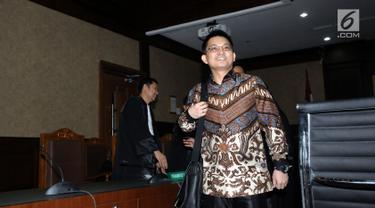Terdakwa suap Hakim Pengadilan Tinggi Manado, Aditya Anugrah Moha usai menjalani sidang putusan di Pengadilan Tipikor, Jakarta, Rabu (6/6). Aditya Moha dinyatakan bersalah dan dihukum 4 tahun penjara dan denda Rp 150 juta.(Liputan6.com/Helmi Fithriansyah)
