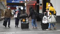 Orang-orang menyusuri jalan yang biasa sibuk di kawasan pusat bisnis di Melbourne ketika penduduk kota kembali menjalani lockdown selama 7 hari, Jumat (28/5/2021). Melbourne kembali menerapkan lockdown untuk keempat kalinya setelah wabah COVID-19 menyebar cepat di wilayah tersebut (William WEST/AFP)