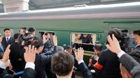 Para pejabat Korea Utara melepas kepergian Kim Jong-un sebelum melakukan perjalanan 60 jam menuju Hanoi, Vietnam (AFP)
