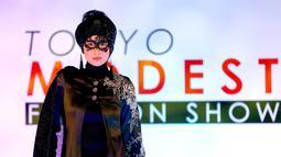 Seorang model membawakan rancangan desainer Lynn Siregar dengan brand Weddingku Gallery dalam Tokyo Modest Fashion Show di Halal Expo Japan, Tokyo, Selasa (22/11). Acara ini pertama kalinya pagelaran busana muslim digelar di Jepang. (REUTERS/Toru Hanai)