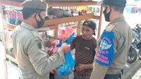 Satpol PP Kota Makassar bantu warga tedampak PPKM (Liputan6/Fauzan)