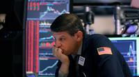 Ekspresi pialang Michael Gallucci saat bekerja di New York Stock Exchange, Amerika Serikat, Rabu (11/3/2020). Bursa saham Wall Street jatuh ke zona bearish setelah indeks Dow Jones turun 20,3% dari level tertingginya bulan lalu. (AP Photo/Richard Drew)