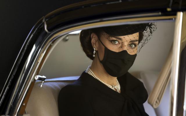 Kate Middletone, Duchess of Cambridge berada di dalam mobil saat menghadiri acara pemakaman Pangeran Philip di kastil Windsor, Inggris (17/4/2021). Pangeran Philip meninggal 9 April pada usia 99 tahun setelah 73 tahun menikah dengan Ratu Inggris Elizabeth II. (Chris Jackson/Pool via AP)
