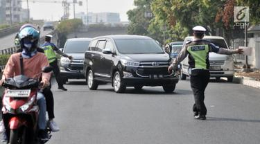 Polisi memberhentikan kendaraan saat hari pertama pemberlakuan perluasan sistem ganjil genap di Jalan Salemba Raya, Jakarta, Senin (9/9/2019). Polisi memberlakukan sanksi tilang terhadap pengendara yang melanggar aturan sistem ganjil genap. (merdeka.com/Iqbal Nugroho)