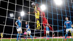 Kiper Napoli David Ospina (kanan) melakukan penyelamatan saat pemain Barcelona Samuel Umtiti mencoba mencetak gol pada pertandingan babak 16 besar Liga Champions di San Paolo Stadium, Naples, Italia, Selasa (25/2/2020). Pertandingan berakhir dengan skor 1-1. (Alfredo Falcone/Andrew Medichini)