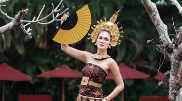 7 Potret Luna Maya Pakai Baju Adat Bali, Menawan