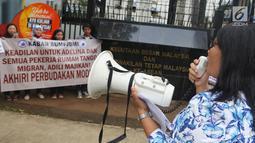 Massa Kabar Bumi dan JBMI berorasi saat berunjuk rasa menuntut keadilan untuk TKI Adelina Sau di depan Kedutaan Besar Malaysia, Jakarta, Senin (29/4/2019). Pengadilan Tinggi Malaysia membebaskan majikan Adelina Sau dari semua gugatan pada 18 April 2019. (Liputan6.com/JohanTallo)