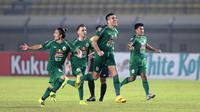 Para pemain PSS Sleman melakukan selebrasi usai mengalahkan Bali United 4-2 melalui babak adu penalti dalam laga perempatfinal Piala Menpora 2021 di Stadion Si Jalak Harupat, Bandung, Senin (12/4/2021). (Bola.com/Ikhwan Yanuar)