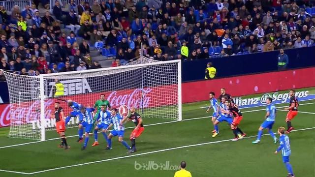 Kiper Malaga, Roberto Jimenez, nyaris menyelamatkan timnya jika sundulannya berbuah gol. This video is presented by Ballball.
