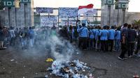 Mahasiswa dari berbagai kampus menggelar demonstrasi di Gedung DPR/MPR, Jakarta, Kamis (19/9/2019). Mahasiswa mewarnai aksinya dengan menyanyikan yel-yel yang menyuarakan penolakan terhadap RKUHP dan UU KPK yang baru disahkan. (Liputan6.com/JohanTallo)