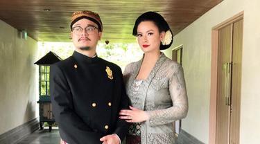 Jarang Tersorot, Ini 7 Potret Mesra Derby Romero dan Sang Istri