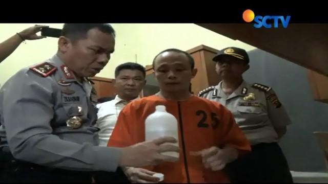 Dari hasil penggrebekan polisi menangkap empat tersangka yang merupakan pegawai pembuat miras oplosan.