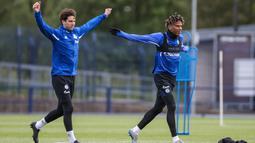 Pemain Schalke 04, Juan Miranda dan Jean-Clair Todibo, melakukan latihan di Gelsenkirchen (12/5/2020). Sejumlah klub menggelar latihan jelang bergulirnya kembali liga-liga di Eropa. (AFP/Tim Rehbein)