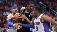LaMarcus Aldridge (tengah) tak berkutik menghadapi penjagaan ketat Pistons  (AP)