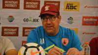 Pelatih PSM Makassar, Robert Alberts. (Bola.com/Abdi Satria)
