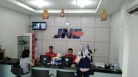 Pelayanan jasa ekspedisi JNE Cirebon. Foto (Liputan6.com / Panji Prayitno)