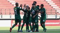 Skuat Persebaya merayakan gol ke gawang Arema di Stadion Batakan, Balikpapan (12/12/2019). (Bola.com/Aditya Wany)