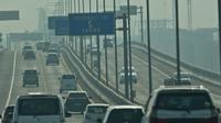 Suasana Jalan Tol Layang Jakarta Cikampek, Jawa Barat, Kamis (24/12/2020).  Jumlah kendaraan yang akan keluar wilayah Jabotabek diperkirakan mencapai 842 ribu pada 23 hingga 27 Desember 2020, hal itu sejalan dengan liburan Natal 2020. (Liputan6.com/Herman Zakharia)