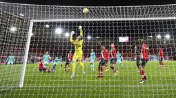 Penjaga gawang Southampton Fraser Forster menepis bola saat melawan Liverpool pada pertandingan Liga Inggris di St Mary's Stadium, Southampton, Inggris, Senin (4/1/2021). Southampton menang 1-0 atas Liverpool. (AP Photo/Noami Baker,Pool)