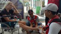 Tim Kesehatan PMI yang baru mendarat di Lombok langsung memeriksa turis asing. (Humas Palang Merah Indonesia)