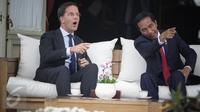 Presiden Jokowi menunjukkan sejumlah bangunan yang ada di Istana Kepresidenan kepada PM Belanda Mark Rutte, di beranda belakang Istana Merdeka, Jakarta, Rabu (23/11). Keduanya melakukan pembicaraan khusus empat mata. (Liputan6.com/Faizal Fanani)