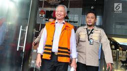 Dirjen Hubla Kemenhub Antonius Tonny Budiono keluar dari gedung KPK, usai menjalani pemeriksaan di Jakarta, Selasa (29/8). Tonny diperiksa terkait kasus dugaan suap pemulusan perizinan pengerukan Pelabuhan Tanjung Mas Semarang. (Liputan6.com/Helmi Afandi)