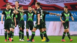 Pemain Wolfsburg merayakan gol yang dicetak Maximilian Arnold ke gawang Bayer Leverkusen pada laga pekan ke-28 Bundesliga di Stadion Bay Arena, Selasa (26/5/2020) waktu setempat. Wolfsburg menang 4-1 atas Bayer Leverkusen. (AFP/Marius Becker/POOL)