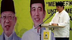 Ketum Partai Golkar Airlangga Hartato memberikan sambutan saat acara Istighosah menyambut Milad ke-54 Partai Golkar dan Hari Santri Nasional, di aula DPP Partai Golkar, Jakarta, Kamis (18/10). (Liputan6.com/Johan Tallo)