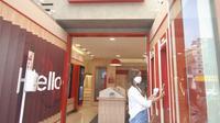 Nasabah melakukan setoran tunai tanpa kartu menggunakan OCTO Mobile di mesin Tarik Setor Tunai yang tersedia di Digital Lounge at Home CIMB Niaga, Kemang, Jakarta Selatan, Kamis (20/5/2021). (Dok CIMB Niaga)