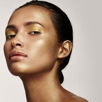Wajah dengan Kilau Emas Akan Jadi Tren di 2018. (Fimela.com)