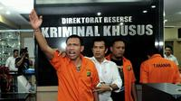 Dua dari tiga admin twitter @TrioMacan2000, Raden Nuh (kiri) dan Edi Syahputra berteriak saat mengikuti rilis di Direktorat Reserse Kriminal Khusus Polda Metro Jaya, Jakarta, Senin (3/11/2014). (Liputan6.com/Andrian Martinus Tunay)