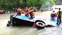 Petugas berusaha mencari keberadaan korban yang terjebak di dalam Bus Sriwijaya di tengah derasnya arus Sungai Lematang Pagar Alam Sumsel (Dok. Humas Basarnas Palembang / Nefri Inge)