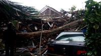 Puting beliung menerjang Kecamatan Parigi, Kabupaten Pangandaran, Jawa Barat. BPBD setempat mendata korban dan mendirikan tenda pengungsian. (Foto: Humas BNPB)