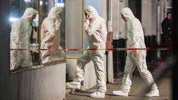Tim forensik memasuki gedung di tempat kejadian setelah penembakan di pusat Hanau, Jerman, Kamis (20/2/2020). Penembakan dilakukan pelaku dari dalam mobil yang bergerak itu menewaskan delapan orang dan menyebabkan lima orang lainnya terluka.  (AP Photo/Michael Probst)